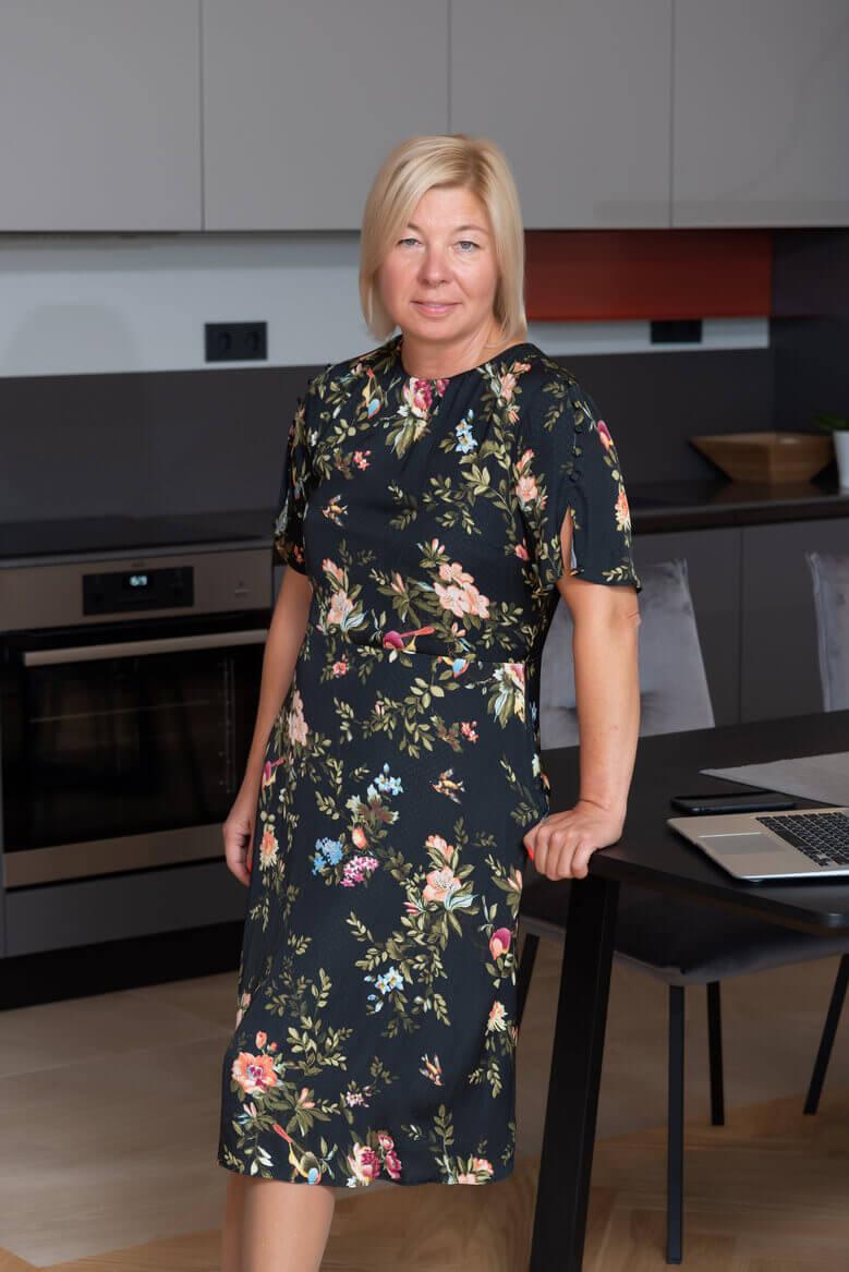 Симона Хардалова, брокер на недвижими имоти в агенция СИТИ ВИЛИДЖ, представяща модерно обзавеждане за кухня